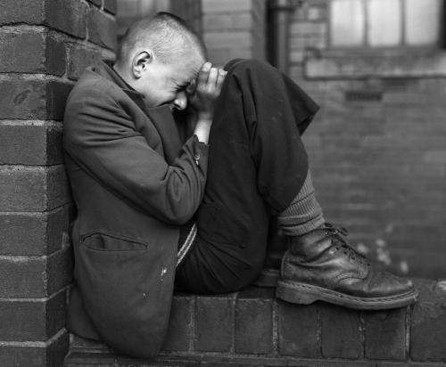 Youth_on_wall_Jarrow_Tyneside_1976_z
